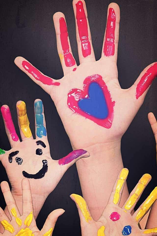 Hænder med fingermaling fra Sct. Georg Gårdens børnehave
